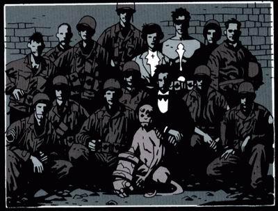 foto de hellboy cuando era niño junto a varios soldados