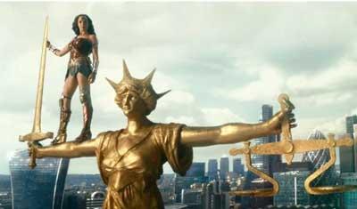 Wonder Woman está junto a la estatua de la Justicia